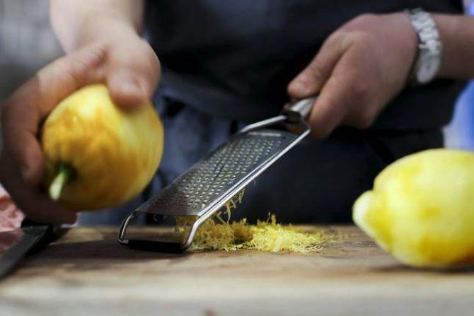 ØKOLOGISK: Når sitronskalet blir brukt i mat, bør sitronane vere økologiske, altså verken voksa eller sprøyta.