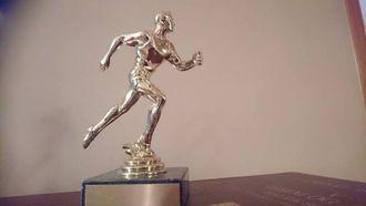 PRIS: Dette er prisen Laila Elvagjeng fekk tildelt under årsmøtet i Lærdal idrettslag denne veka.