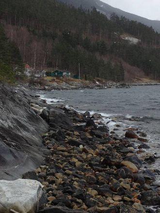 UTRADERTE: Anne Helene Bergmål eig grunnen i området rundt hyttene i Bermålsviki: – Hytteeigarane blir utraderte, seier ho. Privat foto