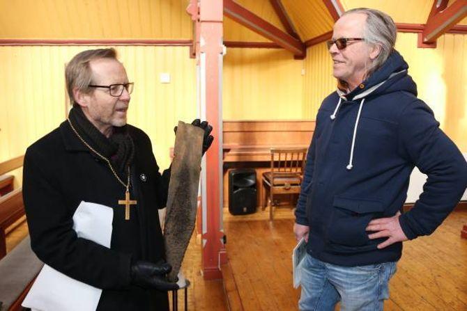 MINNE: Biskop Halvor Nordhaug fekk eit originalt takspon frå Borgund stavkyrkje som minne under visitasen av driftssjef ved stavkyrkja, Håkon Li.