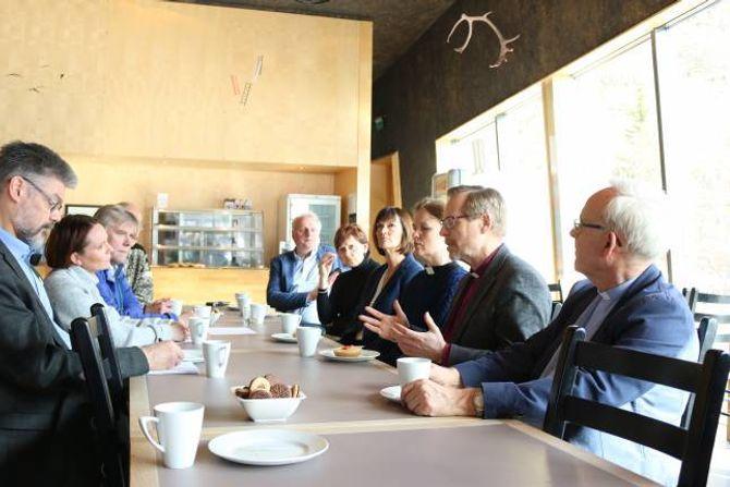 DISKUTERTE: Skulegudstenester vart eit tema då biskop Nordhaug møtte tilsette ved skulane i Lærdal. Lærar Linda Uglenes Maristuen og rektor Torfinn Grøttebø nr. 2 og 3 frå venstre.