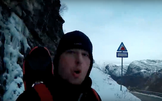 NEDE: Espen Stensvoll etter den spektakulære snøbretturen. Skjermdump frå videoen