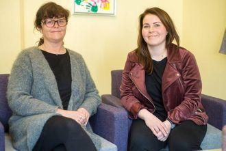 GLAD DUO: Ingunn Breili og Kristin M. Kastet i Sogn barnevern er glade for at dei har fått på plass eit skikkeleg barnesamtalerom.