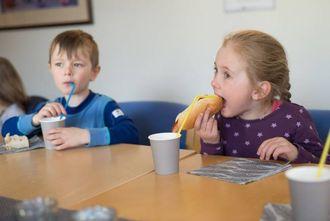 PØLSEFEST: Før opninga av barnesamtalerommet var det duka for pølsefest i kantina på helsehuset, noko Emil Olstad Nundal og Emma Veum sette pris på.
