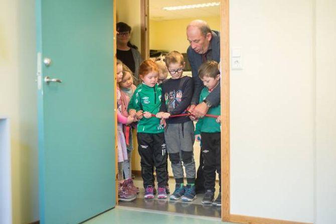 FEKK HJELP: Ordførar Jarle Aarvoll fekk æra av å klyppe den obligatoriske snora saman med god hjelp frå ungane i Furuli barnehage.