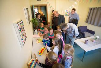 KREATIVT: Furuli barnehage har bidratt med tre kunstverk som no heng i det nye samtalerommet til Sogn barnevern.