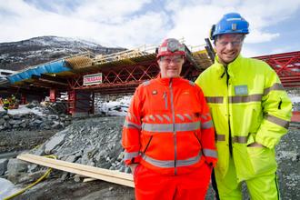 Byggeleiar Stein Henry Øvstetun (t.v.) frå Statens vegvesen og prosjektleiar Wolfgang Mysliwietz i Strabag foran Strondafjordbrune som no er under arbeid.