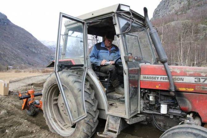 LUFTIG KONTOR: Per Hjermann sr. gjer litt kontorarbeid på traktorsetet.