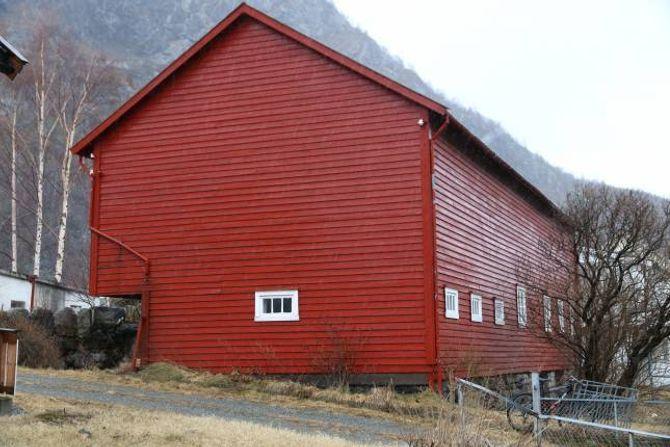 VIL RIVE: Utbyggar ønskjer å rive denne fjøsen frå 1886, men kulturavdelinga i fylkeskommunen rår imot.