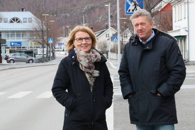BUSTADPLANAR: Greta Steinheim i Årdal Boligbyggelag og Ole Vidar Øren i Legal Eigedom har spennande planar for Storevegen 28 i sentrum av Øvre Årdal.