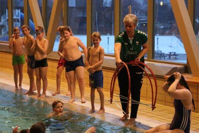 UNDER VATN: Å symja gjennom ringar som står på botnen av bassenget er ei anna øving elevane må gjennom for å få symjemerket Kvalen.