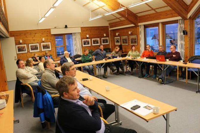 GODT OPPMØTE: Om lag femten tilhøyrarar var til stades under informasjonsmøtet om moglegheiter for dyrking av frukt og bær i Aurland.
