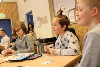 STAS: Aleks Nilsen (midten) tykte det var stas med ordføraren på besøk.