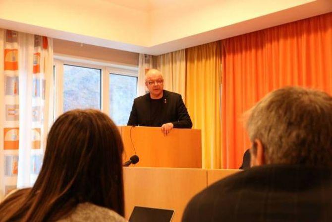 BRYSK: Hilmar Høl (Ap) var ikkje blid då Erling Offerdal (Sp, med ryggen mot) skulda han for å driva høgrepolitikk. Arkiv
