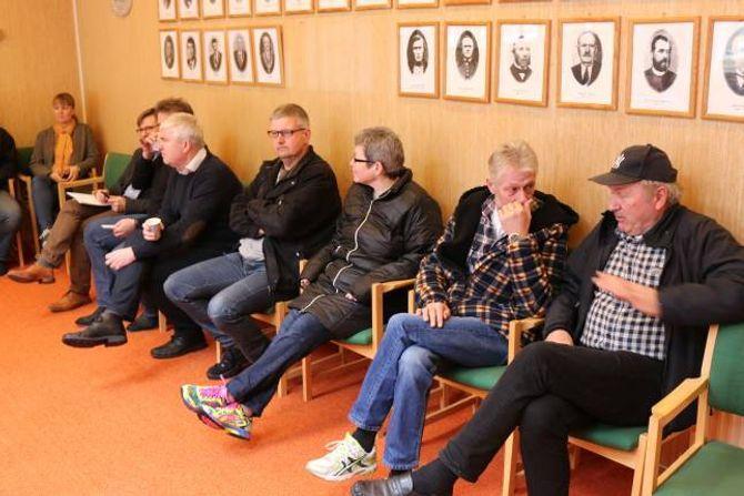 TILHØYRARAR: Mange hadde funne vegen til kommunestyresalen denne torsdagen.