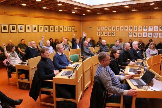 TI-SJU: Sp og Høgre sine til saman ti stemmer mot Ap, SV og Venstre sine sju førte til at vedtaket frå Formannskapet vart ståande, berre at det vart presisert at pengar til utgreiingsarbeidet vidare skal takast frå Næringsfondet, og at dette skal godkjennast av formannskapet.