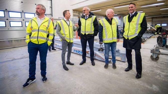 STORFINT BESØK: Før helga fekk to toppsjefar i Norges Bank omvising på fabrikken. Dei to eigarane er Johnny Tverberg (heilt til venstre) ogOdd Tuftene (nummer to frå høgre). Dagleg leiar erAnders Bjærke (nummer to frå venstre).