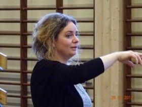 DIRIGENTEN: Lærdal musikklag er so heldige å ha Suzan Erens som dirigent. Ho har reist verda rundt som solist i symfoniorkester og sunge stykka til mange store komponistnamn. Arkivbilete