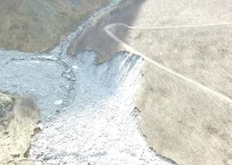 ERODERT: Oversiktsbilete som syner korleis elva Kuvdelda har erodert og teke med seg massar frå nedste delen av deponiet Vegvesenet har i Tynjadalen. Privat foto