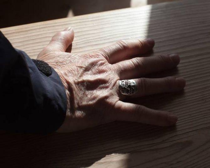 Ei helleristning av rein pryder ringen til Rigmor.