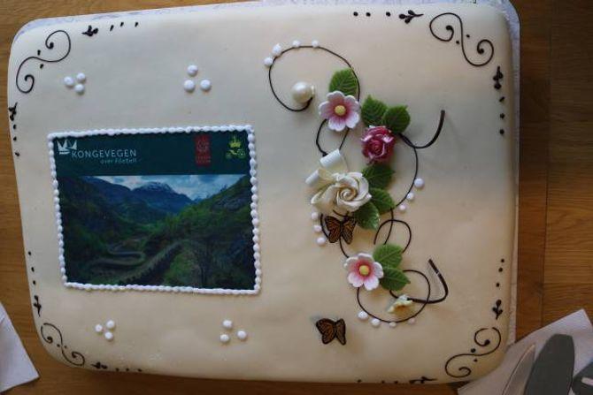 KAKEFEST: Pristildelinga vart feira med ei svært forseggjort kake i Kulturhuset i Lærdal onsdag.