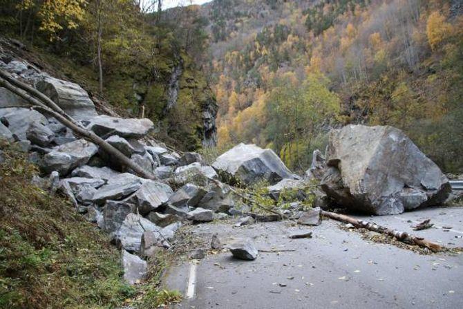 RAS: Slik såg det ut då store steinar rasa ned og ut i vegbana.