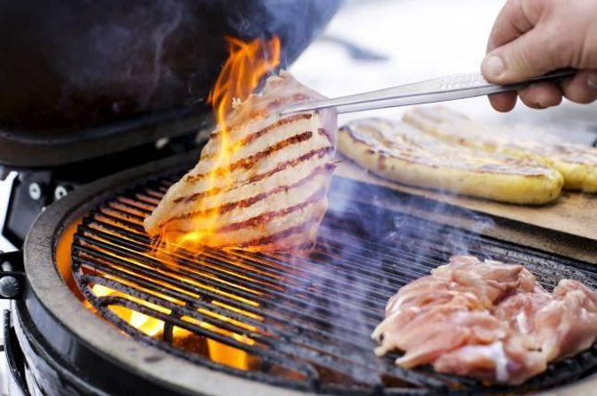 PASS PÅ: Kyllingen må ikkje bli heilt svidd utanpå før han er gjennomsteikt. Bruk moderat varme.