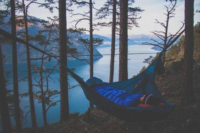 FLEKSIBEL LØYSING: Med eit friluftshengekøye opnar det seg opp heilt nye måtar å campe på.
