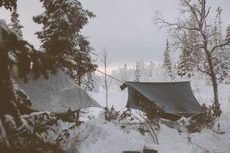 VINTERKOS: Med liggjeunderlag og tak over hengekøya er vinter og snø inga hindring.