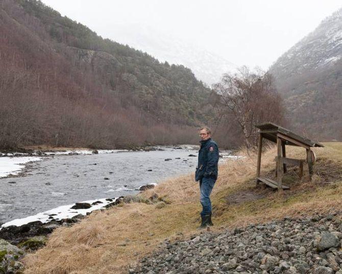 Lasse Sælthun ved ein av mange hølar langs Lærdalselva.