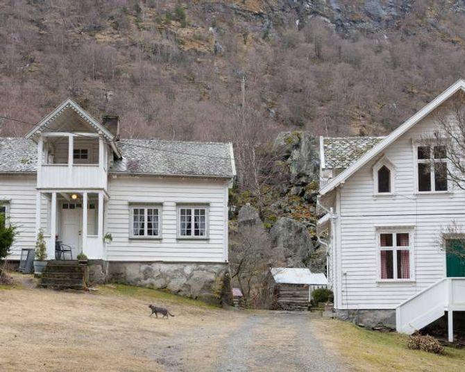 Huset til høgre vart bygd som fiskarhus i 1922, medan det mindre huset til venstre var hovedhuset på garden. I dag er det motsett.