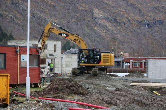 RIVING: Hovudentreprenør Kleiven Sogn har rive den gamle flyøen og starta grunnarbeidet der dei nye omsorgsbustadene skal koma.