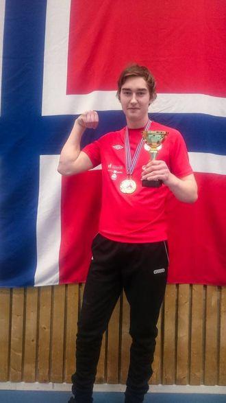IMPONERANDE DEBUT: Erik Trulssen (16) frå Lærdal fekk både gull og sølv i sitt første NM.