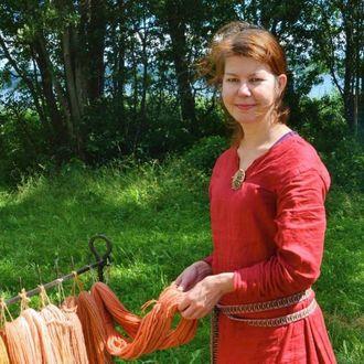 KRITISK: Ingrid Bø i Aurland er oppteken av å ta vare på dei historiske bygga på Otternes, og meiner kommunen ikkje tek nok ansvar for forfallet.