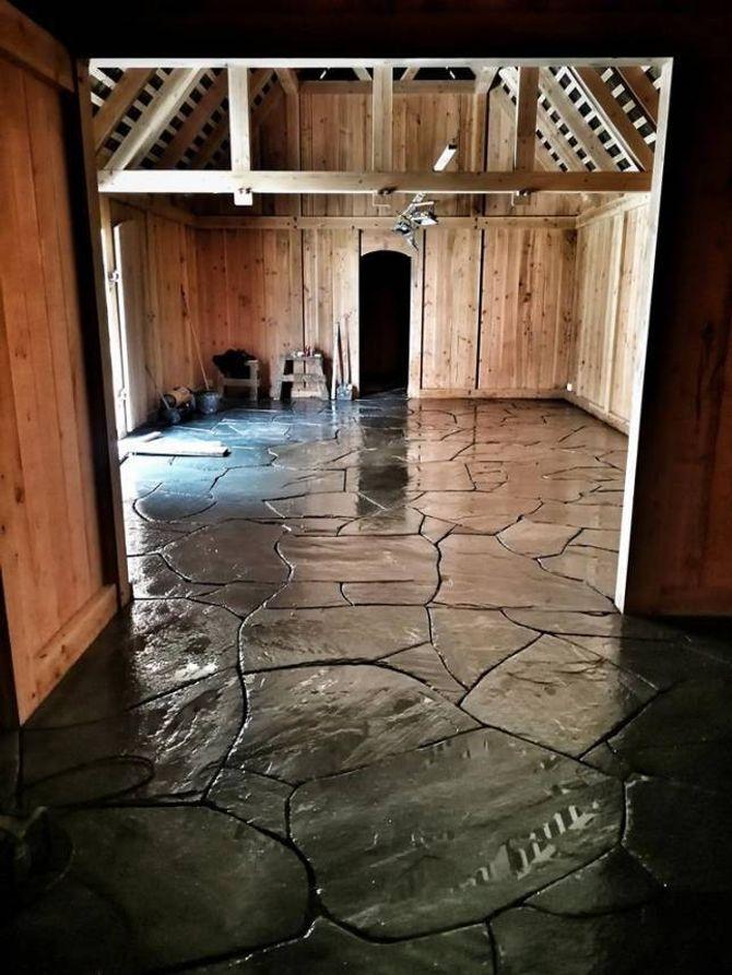 LEKKERT: Steinhellene i Høvdinghuset har blitt til eit lekkert golv.