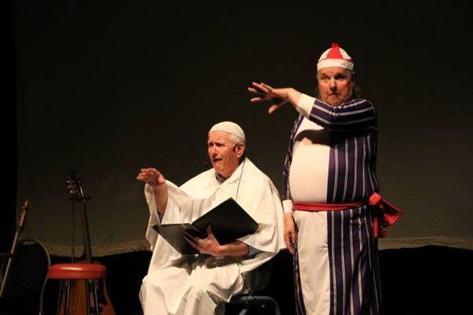 POPULÆR: Paven er ein alltid like populær karakter i revyen til Lærdalskompaniet, spelt av Steinar Kvigne. Magne Grøttebø passar på at paven ikkje sovnar.