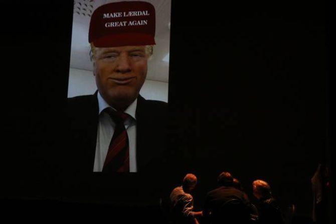 TØRRMURARLOSJEN: Den hemmelege losjen hadde med seg sjølvaste presidenten i USA i møtet. Han skulle gjere både Lærdal og Årdalstangen «great again» med Trump-tower både på Håbakken og i Seimsdalen.