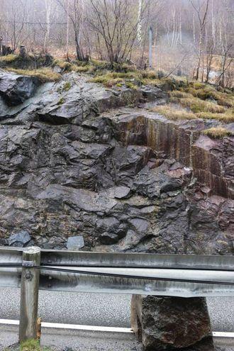 HER: Steinane kom ned her frå høgt oppi fjellsida, ifølgje trafikant på staden.