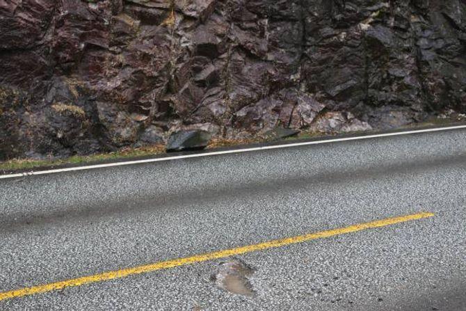 HAKK: Nokre av steinane «hoppa» over vegen og ned i Årdalsvatnet på andre sida.