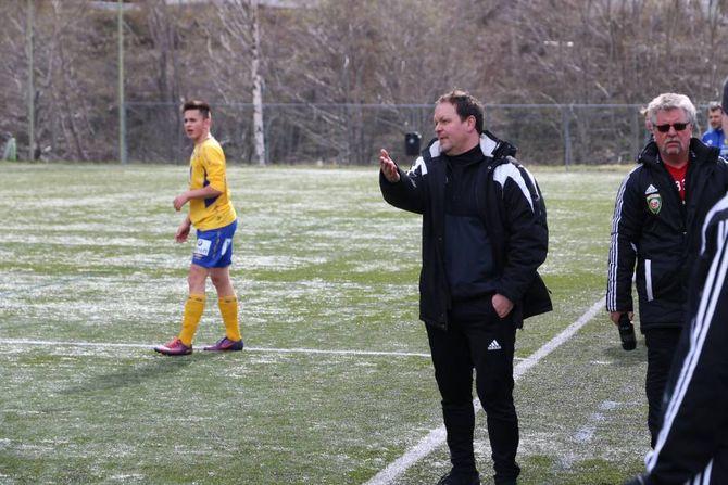 FRUSTRASJON: Enkle mål i mot og dårleg utteljing på sjansane gjorde heimelaget frustrerte. Her viser Ivan Øy sin frustrasjon over ei dommaravgjerdsle.