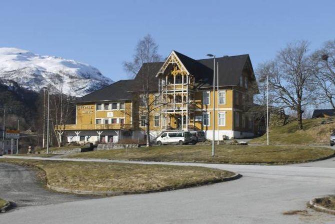 Jølster hotell dannar bakteppe for historia til Sele. Bygget som tidligare var hotell, har i mange år vore asylmottak.