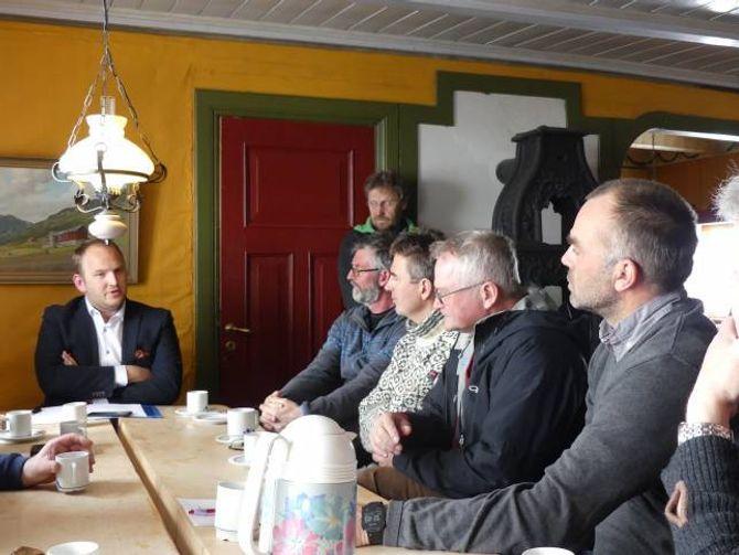 DIALOG: Dale i samtale med fleire av dei involverte interessene; f.h.: grunneigarane Stein Vidar Nemeth og Oddmund Einemo, styreleiar i Filefjell tamreinlag Knut H. Maristuen og grunneigar Anders Haugen.
