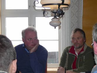HELIKOPTER: Lærdalsordførar Jan Geir Solheim (t.v.) og Runar Bjøberg i Nordfjella villreinutval tok til orde for at myndigheitene må påkosta helikoptertransport i samband med reinsjakta i Nordfjella til hausten.