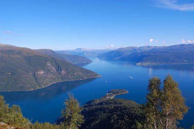 TRE FERJER: Ordførarane ønskjer seg tre ferjer heile året på trekantsambandet mellom Dragsvik, Hella og Vangsnes.