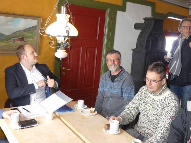 MØTE: I etterkant av synfaringa hadde Dale møte med dei ulike interessen; styreleiar i Filefjell tamreinlag Knut H. Maristuen (f.h.) ved sidan av grunneigar Anders Haugen.