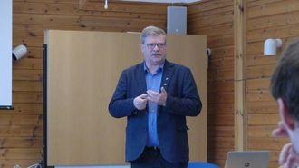 PLASS: Noralv Distad fortalde i si innleiing til seminaret om at det er god plass i Aurland - tilsynelatande, i alle fall
