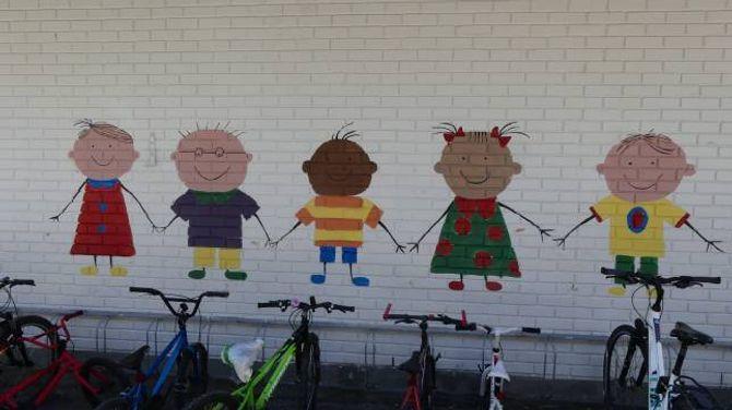 PYNTA OPP: Elevane har pynta opp eigen skule, mellom anna ved å måla logoen for venskapsveka på ein av veggene.