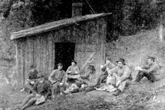 BRAKKELIV: Mange rallarar levde i enkle brakkar, ofte med lite privatliv og mindre god hygiene. Mennene sov gjerne på skift.