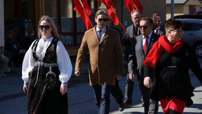 FRAMLEIS VIKTIG: Wegard Harsvik i LO meiner 1. mai framleis er ein viktig dag i Noreg og var glad for å feire dagen på ein stad der dagen framleis betyr mykje.