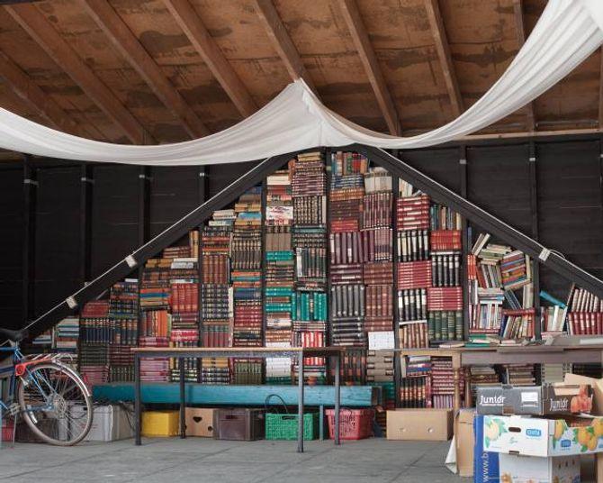 Gamle leksikon er gjort om til dekorasjon på scena i bokbyen.